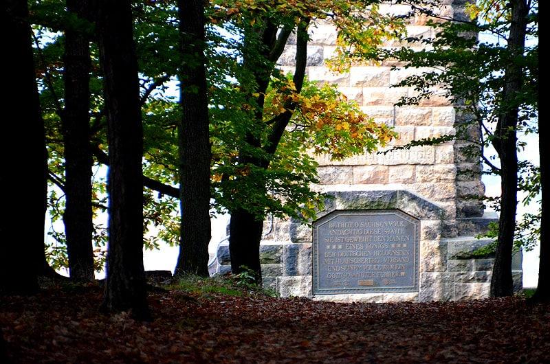 Blick durch den Wald zum Windbergdenkmal Freital
