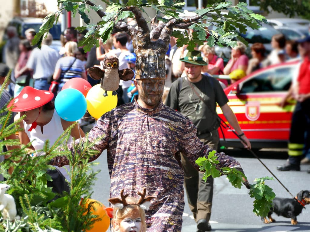Lebendige Bäume beim Festumzug in Tharandt