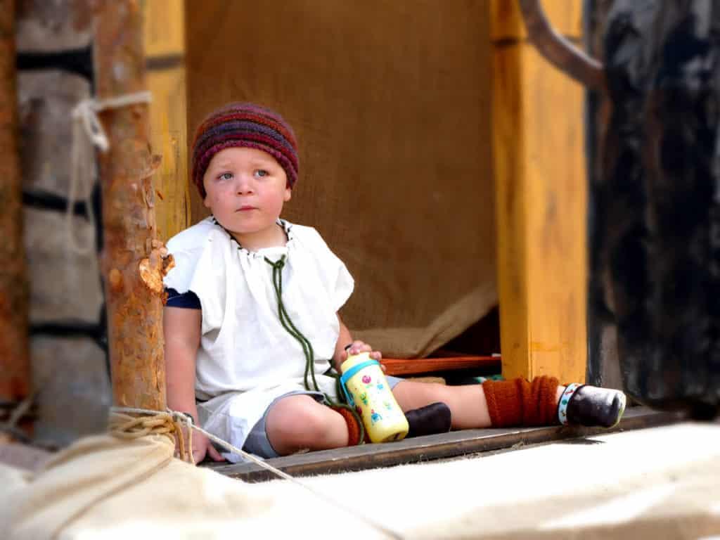 Artiges Kind auf Festwagen Tharandt