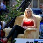 Festumzug Tharandt Blonde Frau im roten Shirt