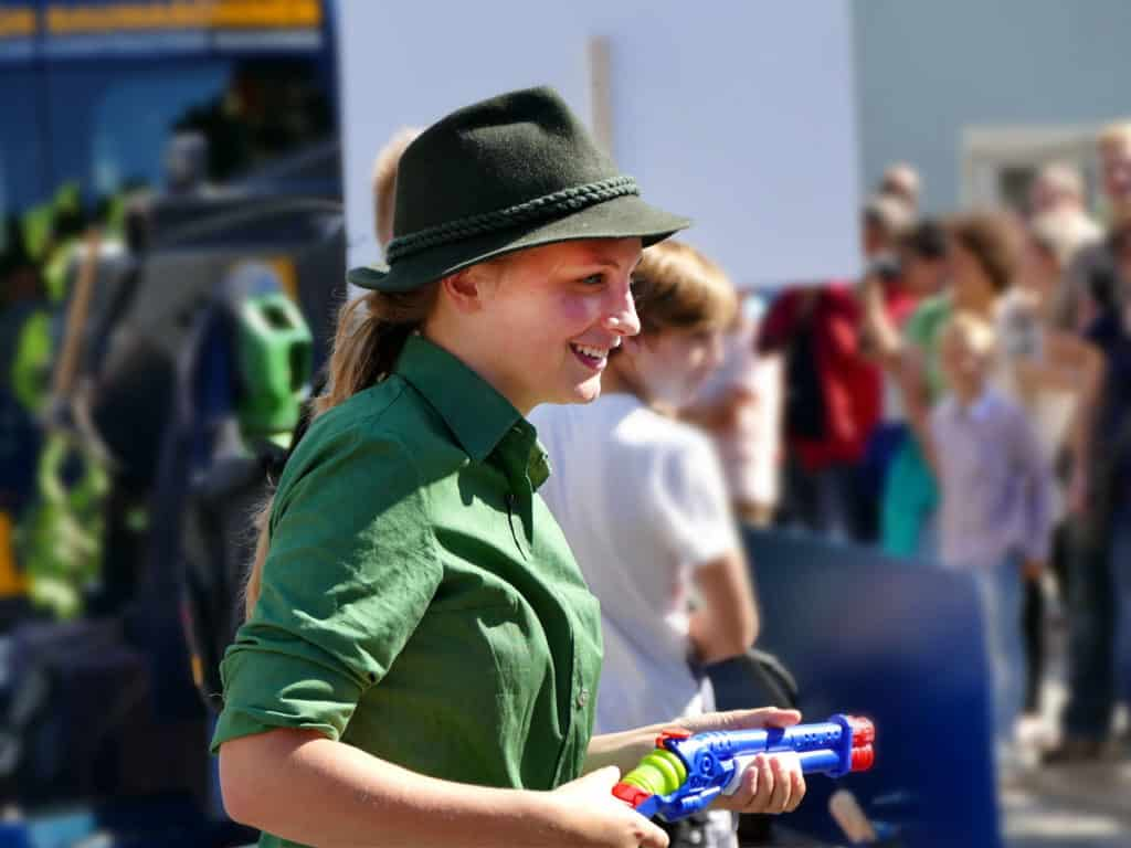 Festumzug Tharandt Jägerin mit Wasserpistole