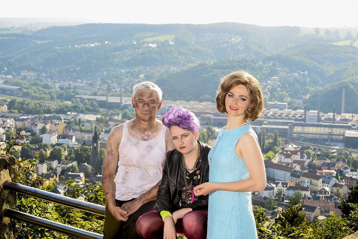 Thomas Hoegg, Alica Müller, Anna Groschwitz auf dem Windberg vor der Stadtkulisse von Freital mit dem Stahlwerk. Foto: Sebastian Hoppe