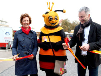 Eröffnung des Wochenmarktes 2017 mit Oberbürgermeister Uwe Rumberg, Biene Carli und Katrin Schiel von der Martkgilde