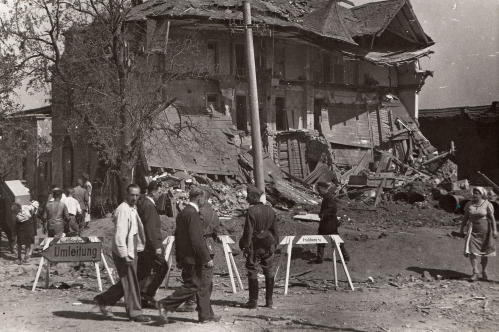 Aufräumarbeiten am zerstörten Birkigter Gasthof - August 1944
