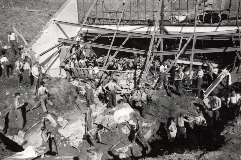 Leichenbergung aus den eingestürzten Luftschutzräumen der Firma Hänsel - August 1944