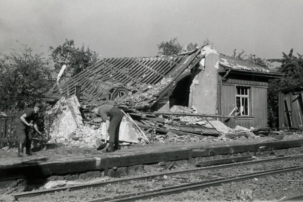 Zerstörungen der Wartehalle des Bahnhofs Freital-Ost derWindbergbahn - August 1944