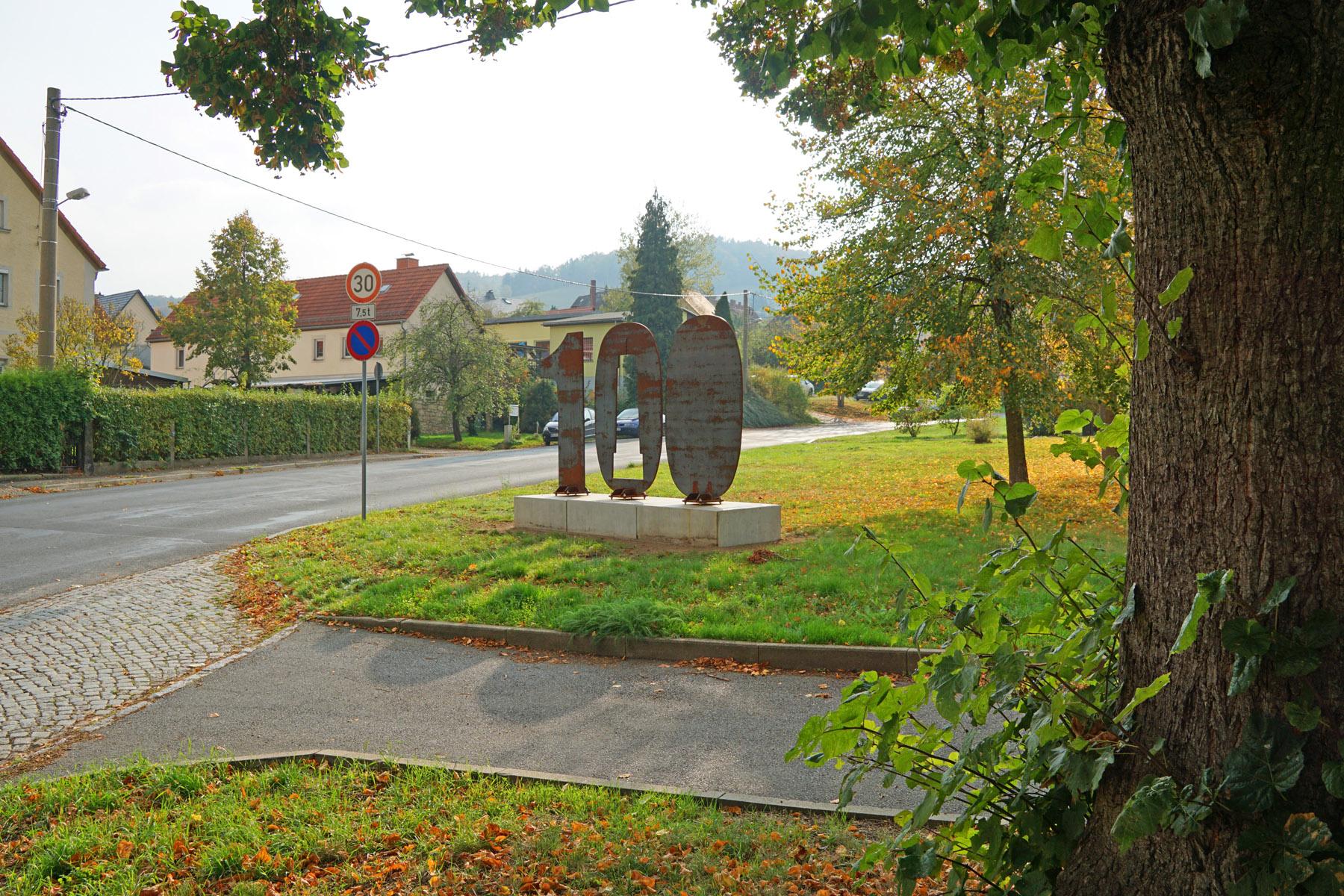 Die 100 aus Cortenstahl in Freital-Niederhäslich