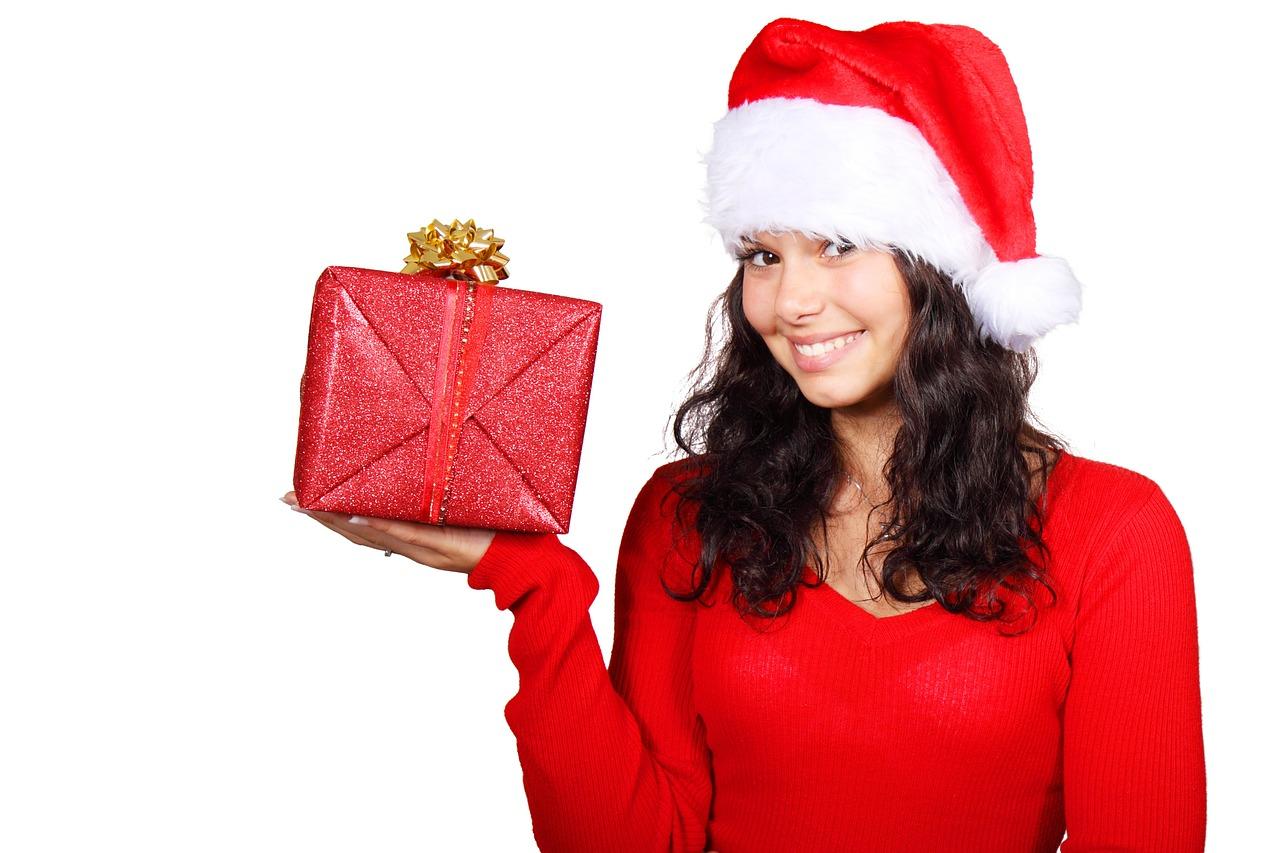 Frau Weihnachtsmann mit Geschenk