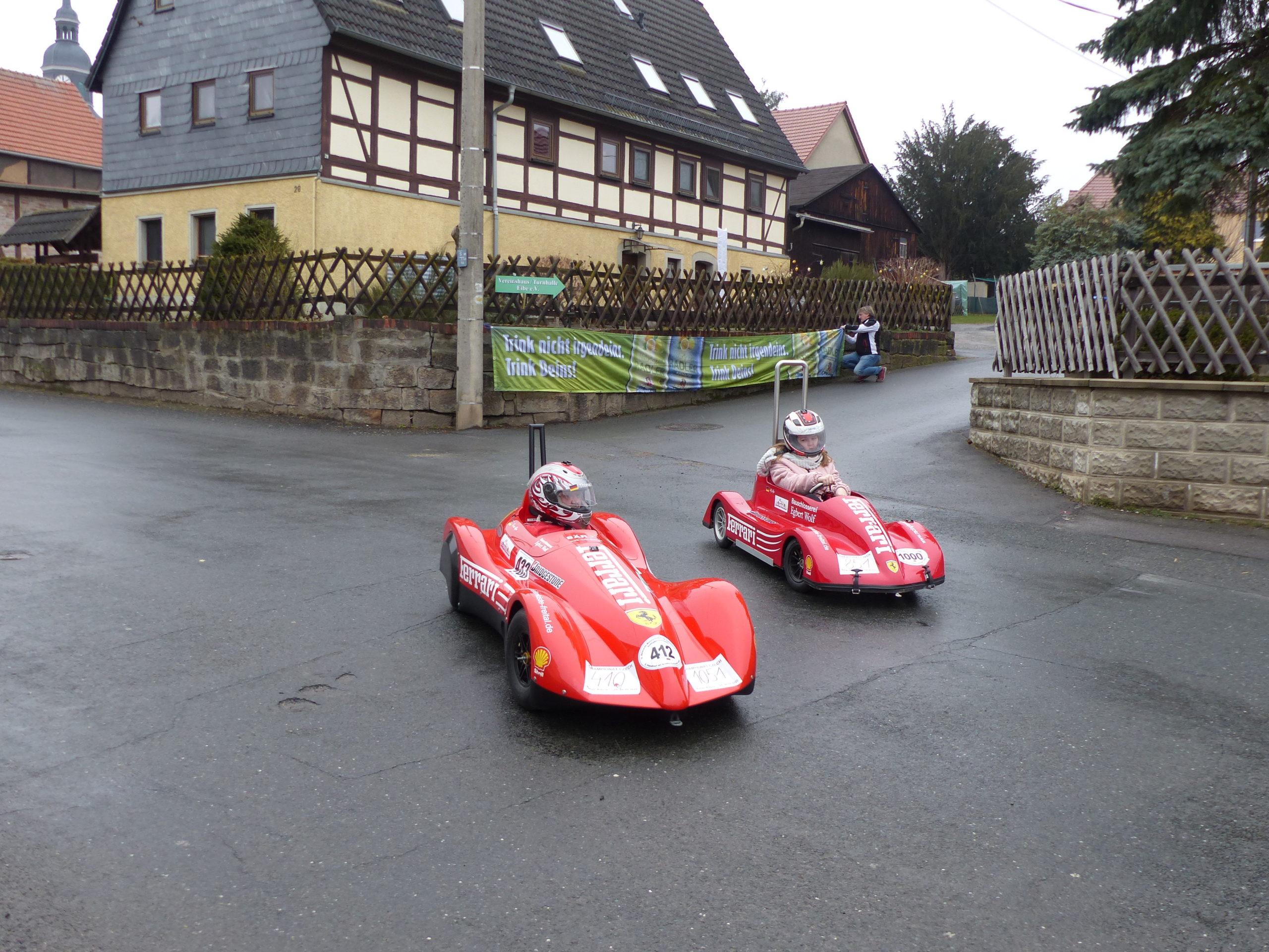 Vater und Tochter auf der zukünftigen Rennstrecke - Thomas Käfer (li.) und Lilly Käfer - Foto war nur für Pressetermin gestellt, da von EM-Teilnehmern die Strecke im Jahr der EM nicht getestet werden darf